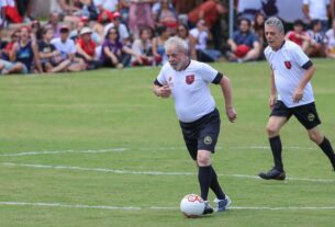 Lula e Chico Buarque jogam futebol