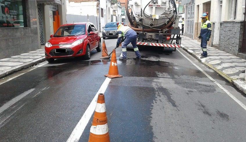 Entupimento rede de esgoto - Rua Dr. Ricardo Vilela - Mogi das Cruzes