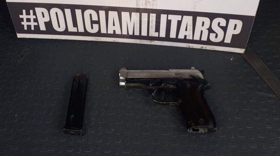 Pistola apreendida pela Polícia Militar em Itaquaquecetuba